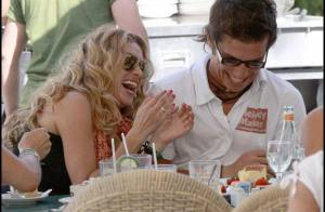 La star mexicaine Paulina Rubio a le sang chaud... et c'est son homme qui en fait les frais ! Aïe, le téton !