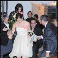 Ashley Judd et Bono en arrière-plan quittant la soirée du mariage du couple Salma Hayek et François-Henri Pinault qui s'est déroulée à l'Opéra de Venise La Fenice le 25 avril 2009
