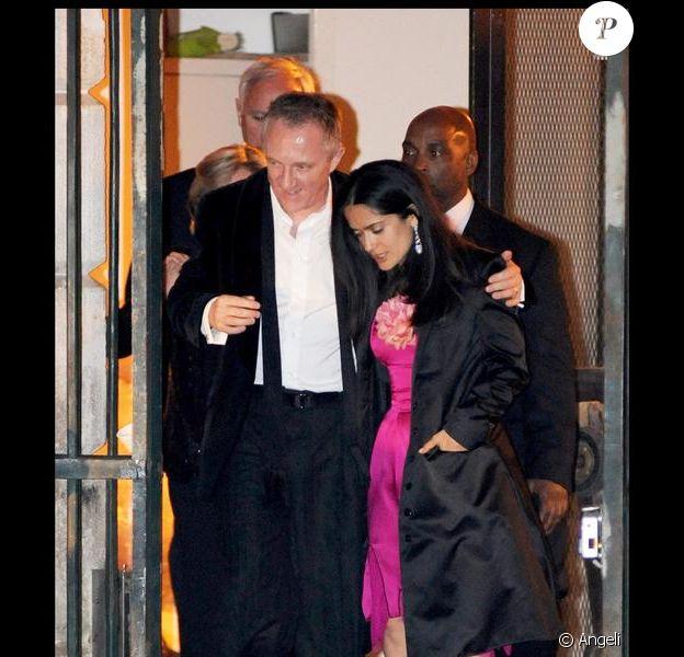 François-Henri Pinault et Salma Hayek quittant la soirée de leur mariage qui s'est déroulée à l'Opéra de Venise La Fenice le 25 avril 2009