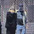 Exclusif - Robert Pattinson et sa nouvelle compagne Suki Waterhouse se câlinent et s'embrassent à la sortie d'un cinéma dans le quartier de Notting Hill à Londres. Le 28 juillet 2018