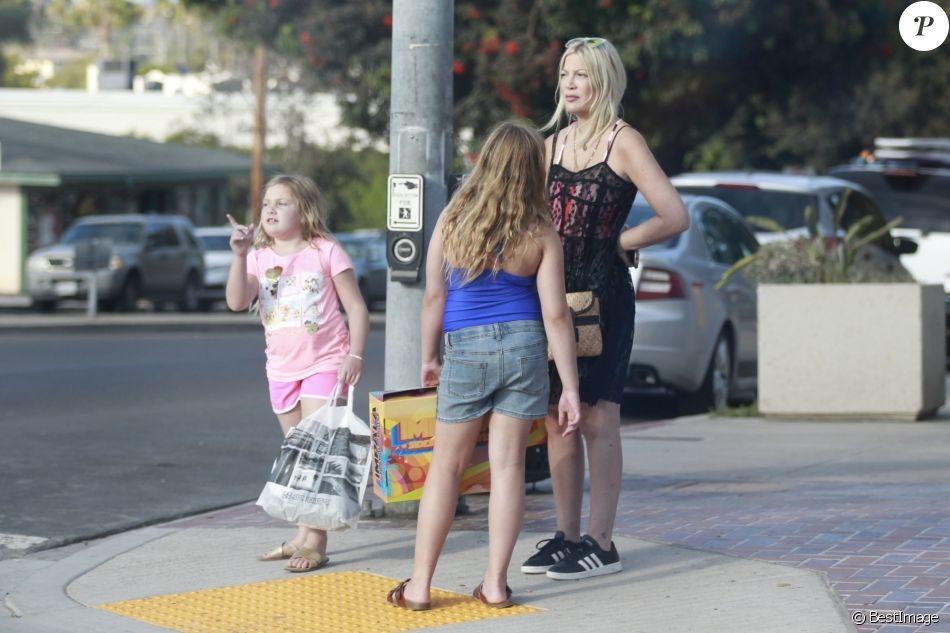 Exclusif - Tori Spelling est allée faire du shopping avec ses filles Hattie et Stella à Los Angeles.  Le 2 septembre 2018