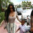 Kim Kardashian quitte son hôtel à Miami pour aller faire du shopping avec sa fille North West et ses amis Larsa Pippen et Jonathan Cheban à Miami le 17 août 2018.