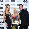 """Donatella Versace entre Rosie Huntington-Whiteley et Luke Evans à la soirée """"2018 GQ Men of the Year Awards"""" à la Tate Modern à Londres, le 5 septembre 2018."""