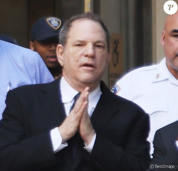 Harvey Weinstein quitte le tribunal avec son avocat à New York le 9 juillet 2018