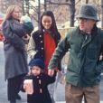 Archives - Mia Farrow et Woody Allen en promenade avec leurs enfants Ronan, Dylan, Moses et Soon-Yi. 1988.