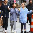 Arianna Grande se balade avec des amis sous la pluie à New York, le 18 septembre 2018.