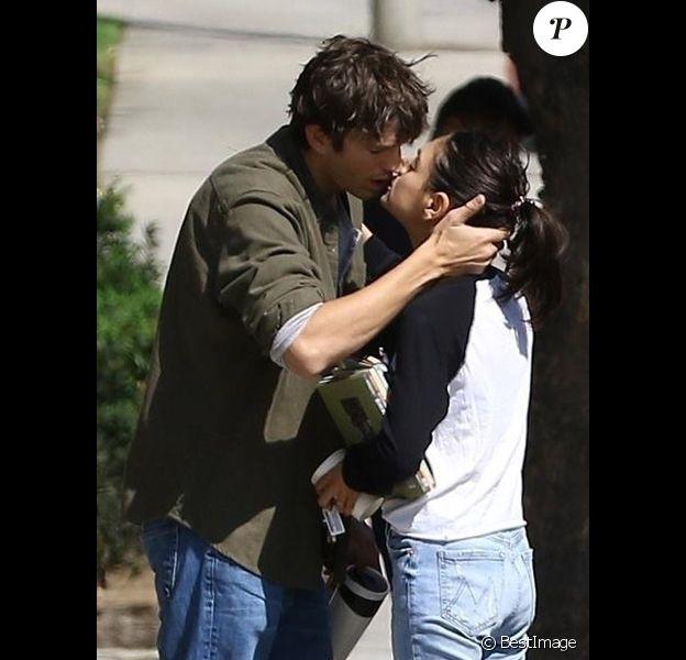 Exclusif - Ashton Kutcher et sa femme Mila Kunis s'embrassent tendrement après 6 ans de vie commune à Los Angeles le 5 octobre 2018.