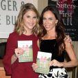 """Jenna et Barbara Bush, jumelles de l'ancien président George W. Bush, présentent leur livre """"Sisters First: Stories from Our Wild and Wonderful Life"""" chez Barnes & Nobel à New York le 25 octobre 2017."""
