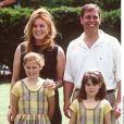 Le prince Andrew et Sarah Ferguson, duchesse d'York, avec leurs filles la princesse Beatrice et la princesse Eugenie d'York, en juillet 1998 dans le Surrey.