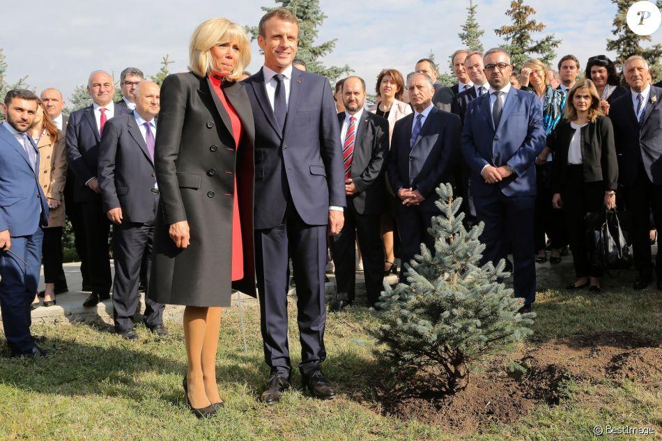 Le Président de la République française Emmanuel Macron et sa femme la Première Dame, Brigitte Macron plante un arbre en mémoire des victimes du génocide au mémorial du génocide arménien Tsitsernakaberd à Erevan, Arménie, le 11 octobre 2018, dans le cadre du 17ème sommet de l'Organisation internationale de la Francophonie.