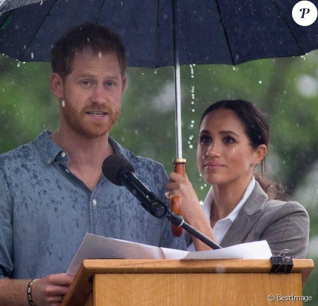 Le prince Harry, duc de Sussex a prononcé un discours aux côtés de sa femme Meghan Markle, duchesse de Sussex (enceinte) sous la pluie au parc Victoria Park de la ville de Dubbo en Australie dans le cadre de leur première tournée officielle, le 17 octobre 2018.