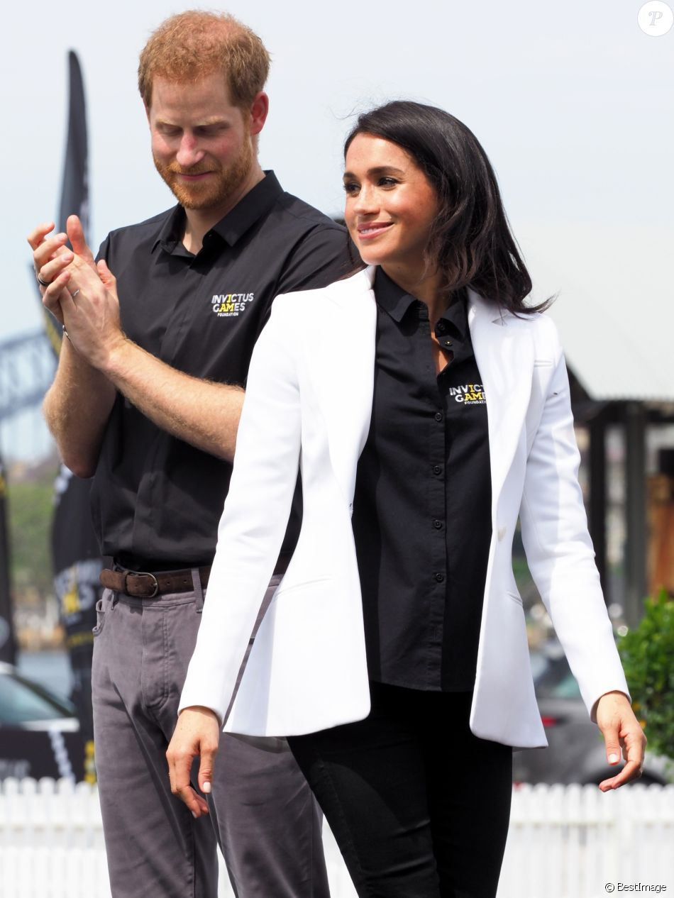 """Le prince Harry, duc de Sussex, et Meghan Markle, duchesse de Sussex, enceinte, assistent au """"Jaguar Land Rover Driving Challenge"""" en ouverture des """"Invictus Games 2018"""" sur Cockatoo Island. Sydney, le 20 octobre 2018."""