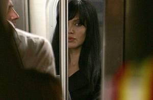 Angelina Jolie prend le métro ! Avec un naturel impeccable... Regardez !