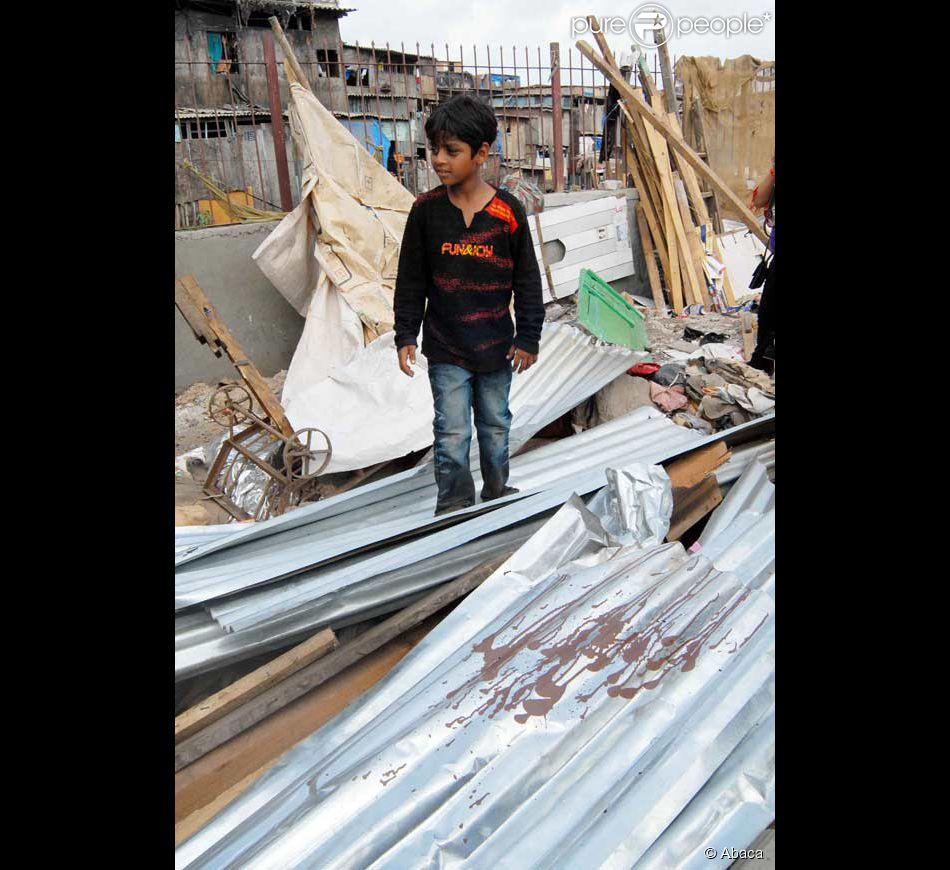 le jeune azharuddin mohammed ismail du film slumdog millionaire vient de voir sa maison. Black Bedroom Furniture Sets. Home Design Ideas