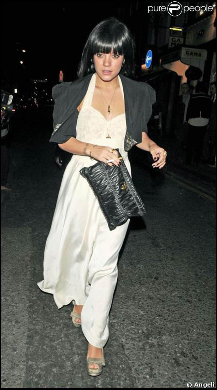 Lily Allen au top de la mode avec sa longue robe et sa pochette Prada !