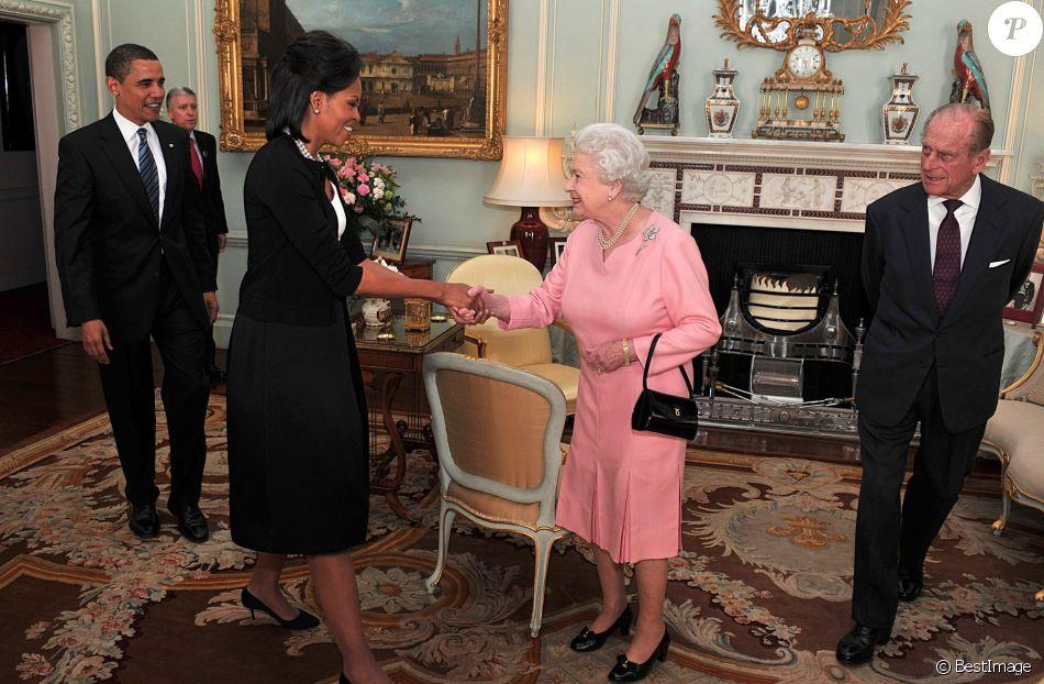 La reine Elizabeth II et le duc d'Edimbourg recevant le 1er avril 2009 Barack et Michelle Obama au palais de Buckingham lors de leur visite officielle à Londres.