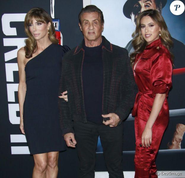 """Sylvester Stallone, son épouse Jennifer Flavin et leur fille Sistine Stallone assistent à l'avant-première de """"Creed 2"""" au AMC Loews Lincoln Square à New York, le 14 novembre 2018."""
