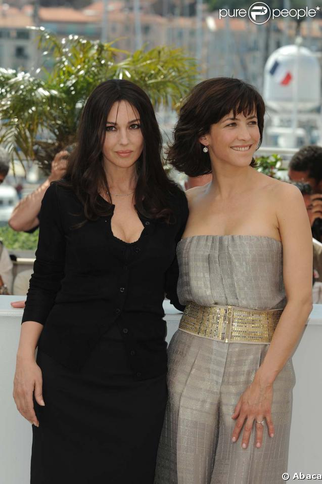 Monica Bellucci et Sophie Marceau magnifiques lors du photocall de  Ne te retourne pas , à Cannes, le 16 mai 2009