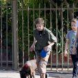 Exclusif - Angelina Jolie est allée déjeuner avec ses enfants Shiloh, Vivienne et Knox (et leur chien!) à Los Angeles, le 17 novembre 2018
