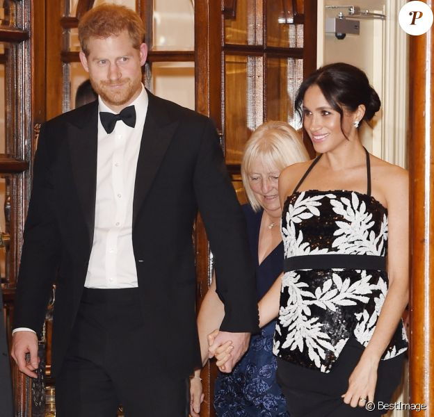 Le prince Harry, duc de Sussex, et Meghan Markle (enceinte), duchesse de Sussex quittent la soirée Royal Variety Performance à Londres le 19 novembre 2018.