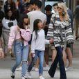 Exclusif - Malgré les incendies qui se rapprochent de sa maison, Laeticia Hallyday emmène ses filles faire du shopping à Santa Monica le 10 novembre 2018.