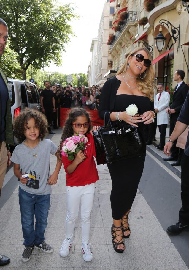 Mariah Carey quitte l'hôtel Plaza avec ses enfants à Paris, le 24 juin 2017