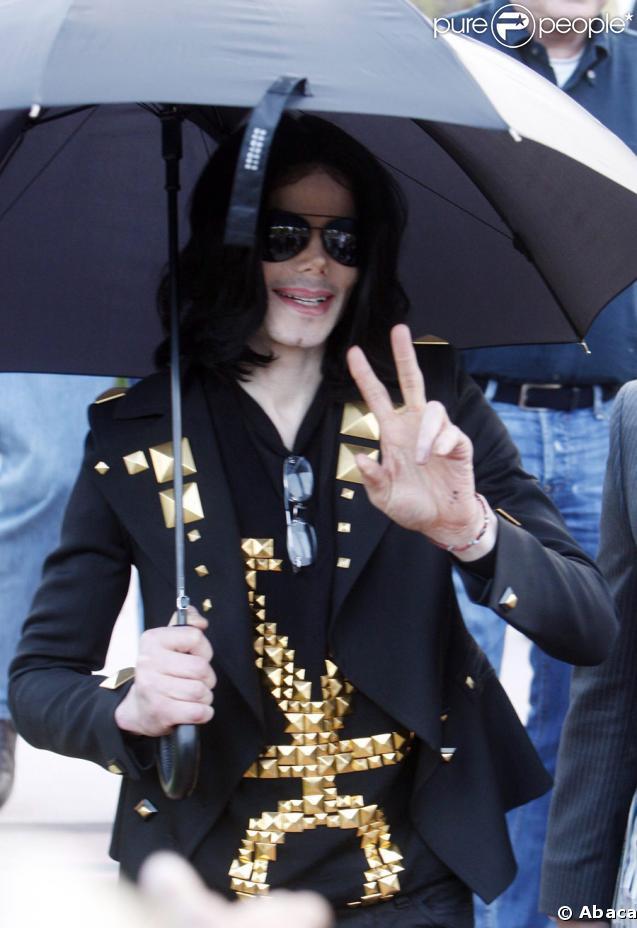 Michael Jackson avec ses trois enfants masqués à Beverly Hills, le 15 mai 2009
