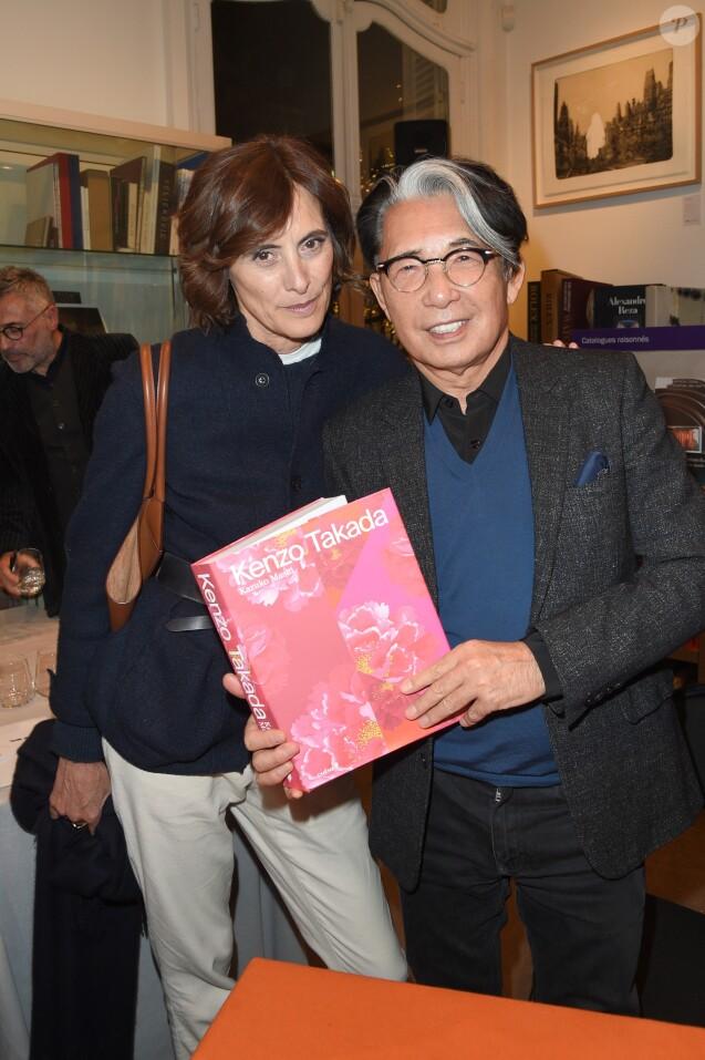 """Inès de la Fressange et Kenzo Takada à la séance de dédicaces du livre de Mme Kazuko Masui """"Kenzo Takada"""" à la librairie Artcurial à Paris, le 21 novembre 2018. © Guirec Coadic/Bestimage"""