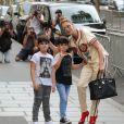 Céline Dion s'est rendue chez l'opticien Meyrowitz avec ses jumeaux Eddy et Nelson pour s'acheter une paire de lunettes de soleil avant de rentrer à l'hôtel Royal Monceau à Paris le 17 juillet 2017.