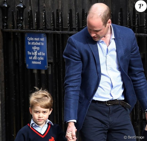 Le prince William, duc de Cambridge arrive avec ses enfants le prince George de Cambridge et la princesse Charlotte de Cambridge à l'hôpital St Marys après que sa femme Catherine (Kate) Middleton, duchesse de Cambridge ait donné naissance à leur troisième enfant à Londres le 23 avril 2018.