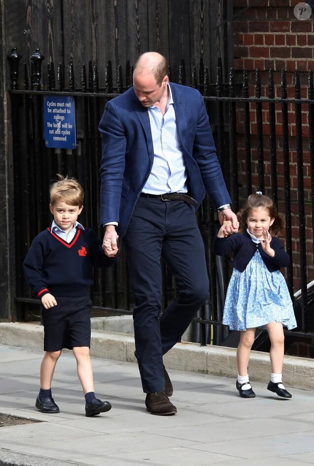 Le prince William, duc de Cambridge arrive avec ses enfants le prince George de Cambridge et la princesse Charlotte de Cambridge à l'hôpital St Marys après que sa femme Catherine (Kate) Middleton, duchesse de Cambridge ait donné naissance à leur troisième enfant à Londres le 23 avril 2018.