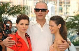 Un Vincent Cassel chauve comme un genou... souriant aux côtés de la jeune Laura Neiva et de la brésilienne Debora Bloch, belle à tomber !
