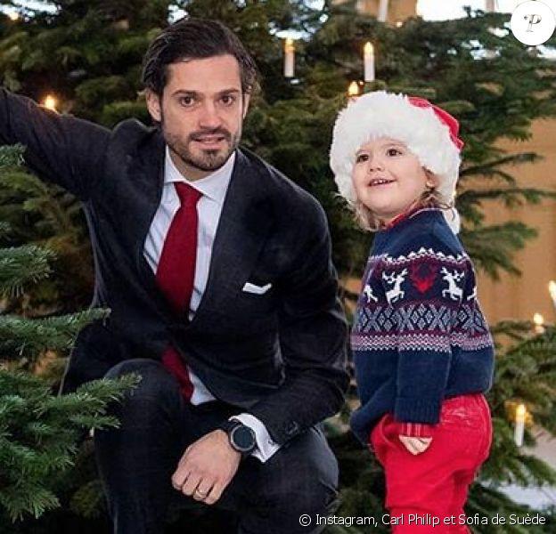 Le prince Carl Philip de Suède et son fils le prince Alexander lors de la livraison des sapins de Noël au palais royal le 17 décembre 2018. © Instagram Carl Philip et Sofia de Suède.