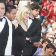 Jean-Pierre Léaud, Kang Sheng Lee et Laetitia Casta lors de la montée des marches précédant la projection de Visage le 23 mai 2009 durant le 62e Festival de Cannes