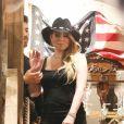 Exclusif - Mariah Carey et son compagnon Bryan Tanaka essaient des chapeaux de cow-boys dans une boutique à Aspen le 28 décembre 2017.