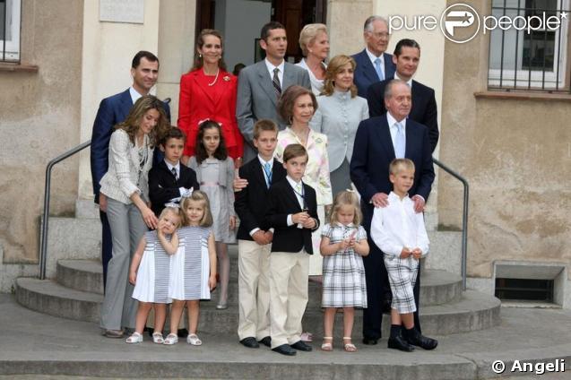 La famille royale d'Espagne à la communion de Juan et Pablo, enfants