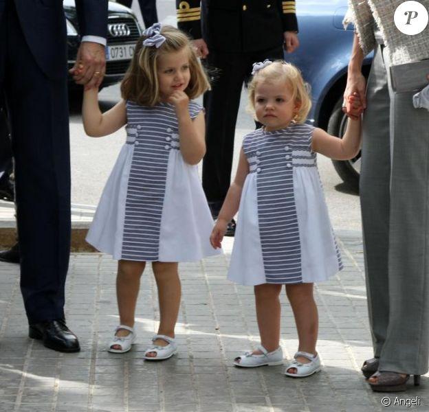 Leonor et Sofia, filles de Letizia d'Espagne et de Felipe à la communion de Juan et Pablo, enfants de Cristina d'Espagne. 23/05/09