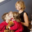 Photo de famille de Sylvie Tellier avec ses trois enfants pour Noël. Décembre 2018.