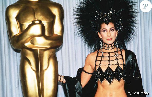 Cher, habillée par Bob Mackie, pour la cérémonie des Oscars en 1986.