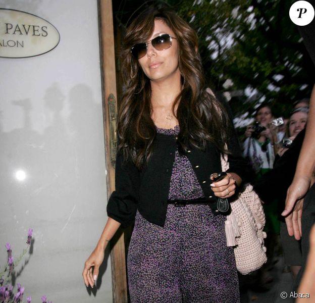 Total look Gérard Darel pour la belle Eva Longoria qui porte ici une combinaison aux micros imprimés violets sous une petite veste noire ! Top canon !