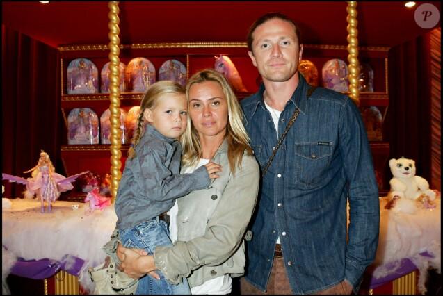 """Emmanuel Petit et Agathe de la Fontaine et leur fille Zoé - Soirée pour la sortie du DVD """"Barbie et le cheval magique"""" au Cirque d'hiver à Paris le 8 octobre 2005."""