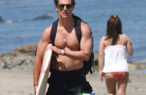A moitié nu, Matthew McConaughey nous montre qu'il a une énorme... planche à voile ! Sa femme est contente...