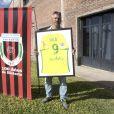 Daniel Ribero, le président du club de football de l'Atletico y Social San Martin ou Émiliano Sala a fait ses débuts, pose avec le maillot du FC Nantes (offert par Emiliano Sala à l'occasion du centenaire du club) la veille des obsèques du joueur à Progreso en Argentine. Le 15 février 2019.