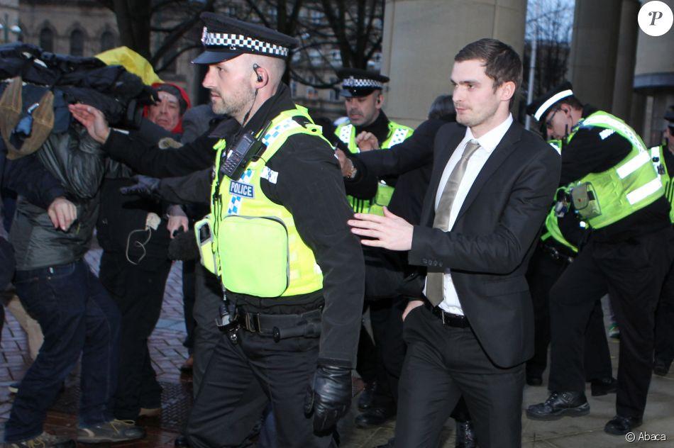 Adam Johnson quitte la cour de Bradford Crown le 3 mars 2016.