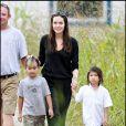 Maman de six enfants, Angelina Jolie est très proche de ses deux premiers garçons : Maddox et Pax, qu'elle a adoptés au Cambodge et au Vietnâm.