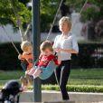 Certes Sharon Stone a adopté ses trois garçons, Roan (9 ans), Loan (4 ans) et Quinn (3 ans) mais elle n'en demeure pas moins une maman attentive et très protectrice.