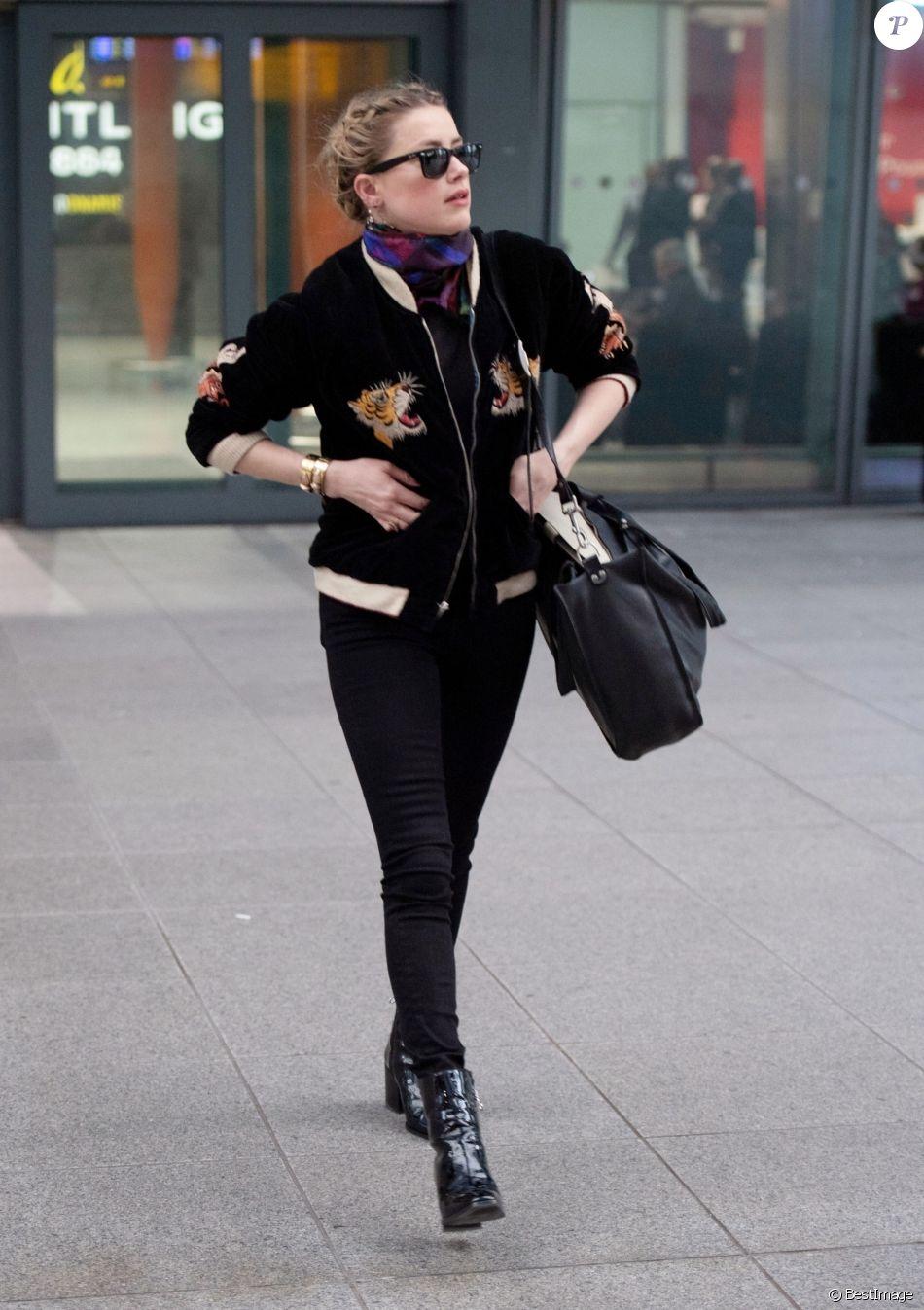 Exclusif - Amber Heard a l'air décontractée alors qu'elle arrive à Londres. Elle porte un bomber en velour noir brodé de tigres. La star d'Aquaman a récemment fait du bénévolat au Liban et en Syrie! Londres le 1er Mars 2019