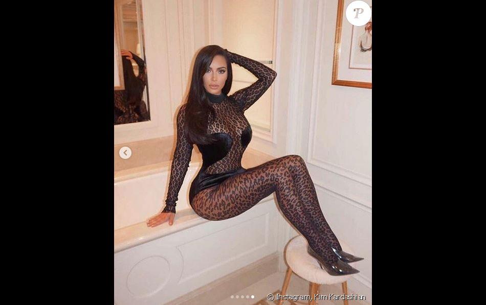 Kim Kardashian, habillée d'une combinaison noire transparente et léopard ALAÏA (collection automne 1991). Paris, le 6 mars 2019.