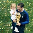 Antoine Griezmann avec la Coupe du monde et sa fille Mia lors de la finale de la Coupe du Monde de Football 2018 à Moscou, opposant la France à la Croatie à Moscou le 15 juillet 2018
