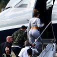 Jennifer Lopez et son compagnon Alex Rodriguez montent à bord d'un jet privé à Miami, Floride, Etats-Unis, le 7 mars 2019.